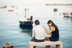 Couples romantiques ayant des problèmes de relations Femme pleurant et priant un homme La vie de pêcheur, profession dangereuse M Images libres de droits