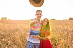 Couples romantiques ayant l'amusement dans le domaine Photographie stock