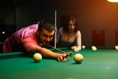 Couples romantiques ayant l'amusement jouant le jeu de billard Photos libres de droits