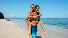 Couples romantiques ayant l'amusement sur la plage Photos libres de droits