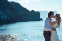 Couples romantiques ayant l'amusement sur la plage Jeunes dans l'amour, l'homme attirant et la femme appréciant égaliser, tenant  Photo stock