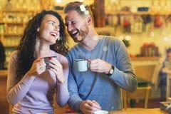 Couples romantiques ayant la date dans le café Image libre de droits