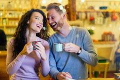 Couples romantiques ayant la date dans le café Image stock