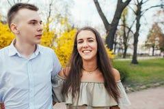 Couples romantiques ayant une date une journée de printemps avec de belles fleurs à l'arrière-plan Date ou déplacement romantique Photos libres de droits