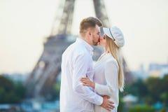Couples romantiques ayant une date pr?s de Tour Eiffel photo stock