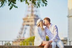 Couples romantiques ayant une date pr?s de Tour Eiffel photographie stock