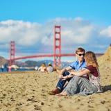 Couples romantiques ayant une date sur la plage de Baker à San Francisco, la Californie, Etats-Unis Image stock