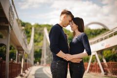 Couples romantiques ayant une date sur le pont Photo libre de droits