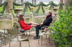 Couples romantiques ayant une datte dans le stationnement photos stock