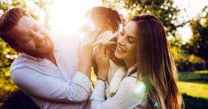 Couples romantiques chez les chiens de marche d'amour dans la nature et le sourire Photos libres de droits