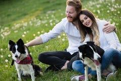 Couples romantiques chez les chiens de marche d'amour dans la nature et le sourire Image libre de droits