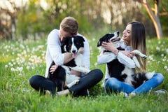 Couples romantiques chez les chiens de marche d'amour dans la nature et le sourire Photographie stock