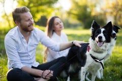 Couples romantiques chez les chiens de marche d'amour dans la nature et le sourire Photo libre de droits