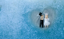 Couples romantiques couples de pince à linge Homme, femme au coeur gelé Photos stock