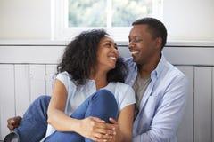 Couples romantiques détendant dans la chaise à la maison photos libres de droits
