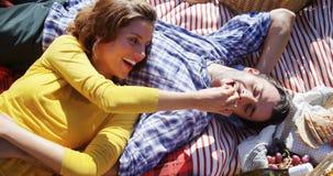 Couples romantiques détendant dans la ferme olive 4k banque de vidéos