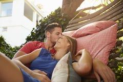 Couples romantiques détendant dehors sur un hamac Photographie stock