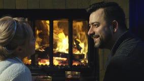 Couples romantiques détendant devant un feu Images stock