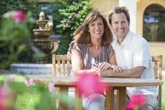 Couples romantiques d'homme et de femme dans le jardin Images stock