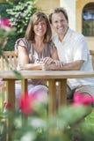 Couples romantiques d'homme et de femme dans le jardin Photographie stock libre de droits