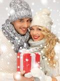 Couples romantiques dans chandails avec le boîte-cadeau Images libres de droits