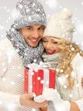 Couples romantiques dans chandails avec le boîte-cadeau Image libre de droits