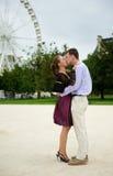Couples romantiques dans des baisers de Paris Images libres de droits