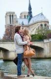 Couples romantiques dans des baisers de Paris Photos stock