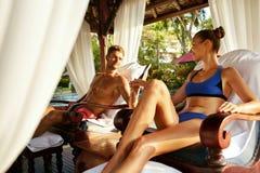 Couples romantiques dans l'amour à la station thermale des vacances rapports Images libres de droits