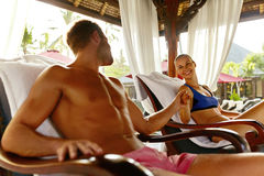 Couples romantiques dans l'amour à la station thermale des vacances rapports Image stock