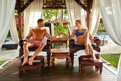 Couples romantiques dans l'amour à la station thermale des vacances rapports Photo stock