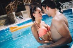 Couples romantiques dans l'amour appréciant la coupure d'été Photos libres de droits