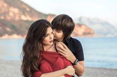 Couples romantiques dans l'amour au coucher du soleil de plage Lo heureux de nouveaux mariés jeune Images stock