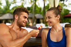 Couples romantiques dans l'amour ayant l'amusement s'alimentant ensemble Photo stock