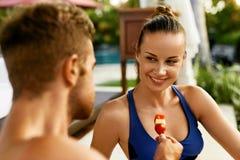 Couples romantiques dans l'amour ayant l'amusement s'alimentant ensemble Photos stock