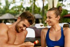 Couples romantiques dans l'amour ayant l'amusement s'alimentant ensemble Image libre de droits