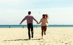 Couples romantiques dans l'amour ayant l'amusement sur la plage photo stock