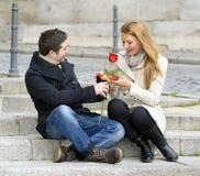 Couples romantiques dans l'amour célébrant l'anniversaire Photos stock