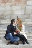 Couples romantiques dans l'amour célébrant l'anniversaire Photographie stock libre de droits