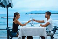 Couples romantiques dans l'amour dînant au restaurant de plage de mer Images libres de droits