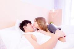 Couples romantiques dans l'amour dans le lit Photographie stock