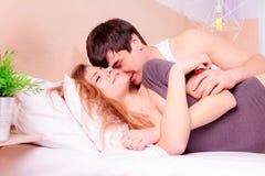 Couples romantiques dans l'amour dans le lit Photo libre de droits