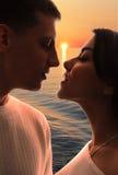 Couples romantiques dans l'amour dehors Photo libre de droits