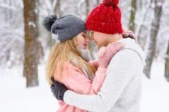 Couples romantiques dans l'amour et étreintes en hiver dehors Images libres de droits