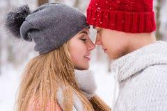 Couples romantiques dans l'amour et étreintes en hiver dehors photos libres de droits