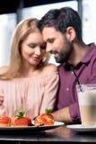Couples romantiques dans l'amour passant le temps ensemble sur la pause-café dans le restaurant Photos libres de droits