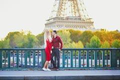 Couples romantiques dans l'amour pr?s de Tour Eiffel photographie stock libre de droits