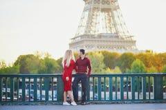 Couples romantiques dans l'amour pr?s de Tour Eiffel photographie stock