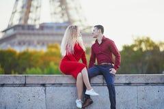 Couples romantiques dans l'amour pr?s de Tour Eiffel images stock