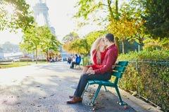 Couples romantiques dans l'amour pr?s de Tour Eiffel image libre de droits